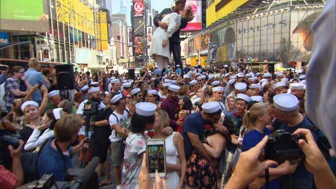 70 years later couples reenact that famous kiss in times square