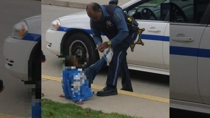 Car For Kids >> Officer Photographed Helping Young Boy Tie His Shoe ...