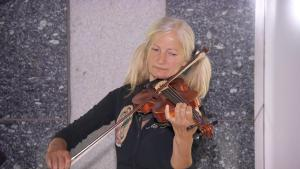 Homeless Singer Needs a New Violin to Get Her Off Los Angeles Streets