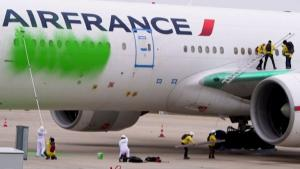 Greenpeace Activists Sneak Into Paris Airport, Paint Air France Boeing Green