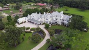 Couple Throws Wedding on Someone Else's $5 Million Estate Without Permission