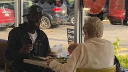 This photo of two strangers eating together has gone viral.
