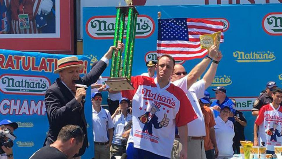 Joey Chestnut Wins Nathan S Hot Dog Eating Contest In Record