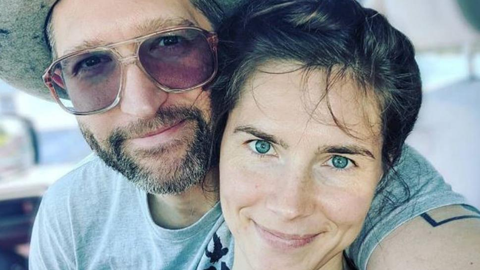 Amanda Knox and fiance Christoper Robinson are already married, documents show.