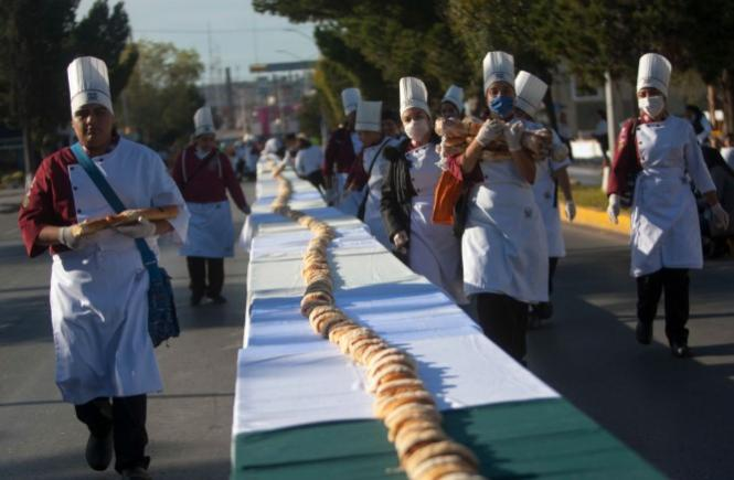"The ""Three Kings"" cake in Mexico is a mile long."